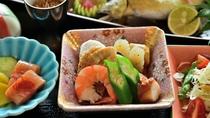 *〔朝食〕彩り豊かなお食事で一日のスタートを。目覚めの朝に楽しい爽やかな和食膳です(一例)