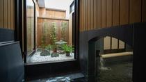 *【大浴場】箱庭の上は吹き抜けになっており、日光が射し込みます。