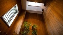 *【新館】和室10畳:箱庭の上は吹き抜けになっております。