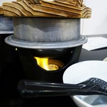 お席でお釜に火を点けます。炊き上がるまであと少し…♪