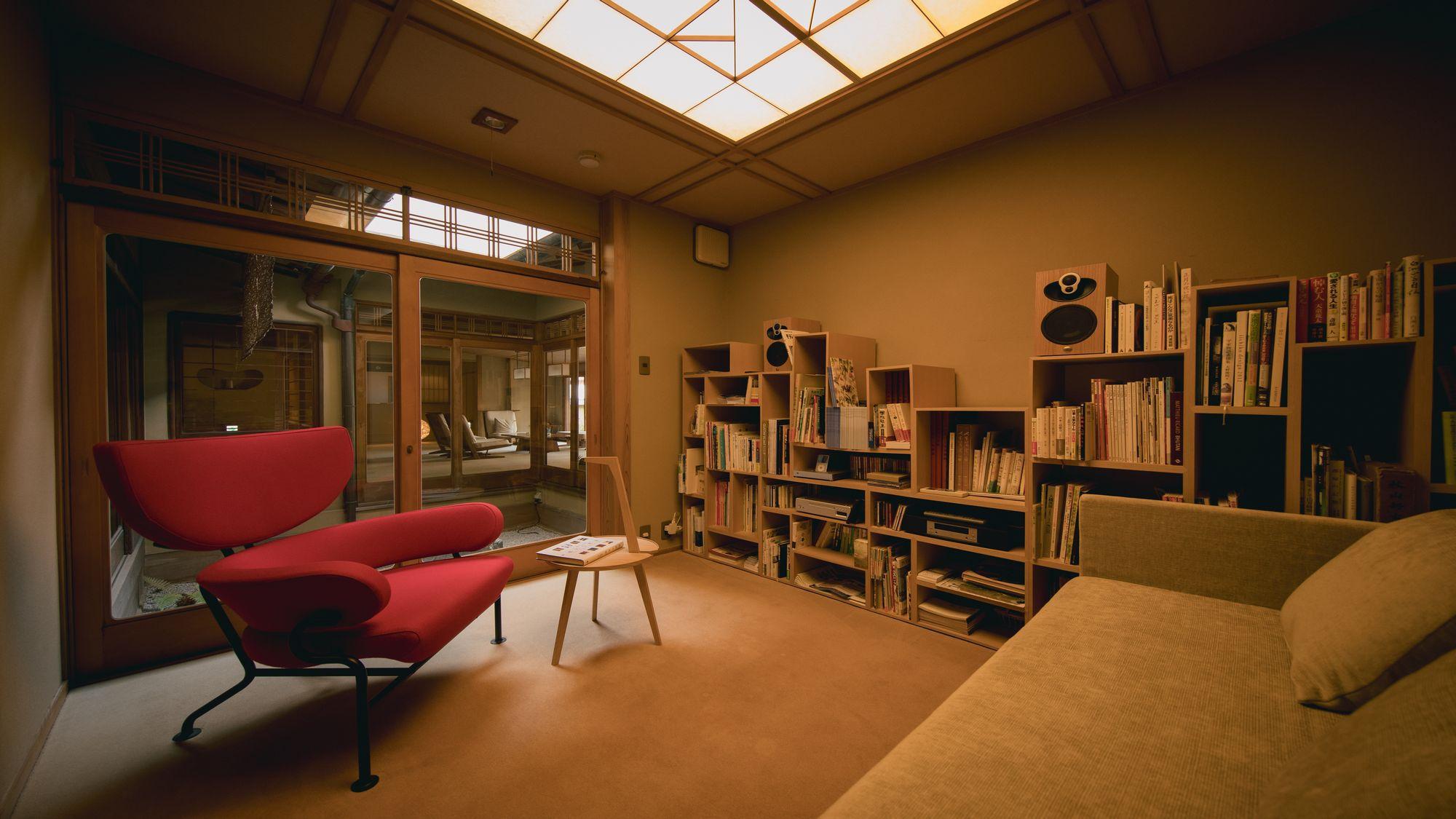 【小さなライブラリー】LINNのオーディオセットとフランコ・アルビニの家具が備え付けてあります。