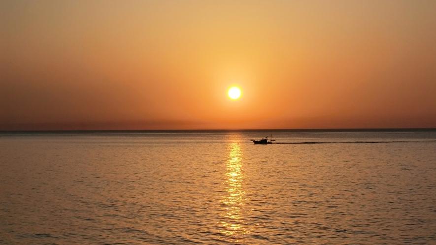 *周辺景観/日本海に沈む夕日。綺麗な景色に心洗われるひとときを。