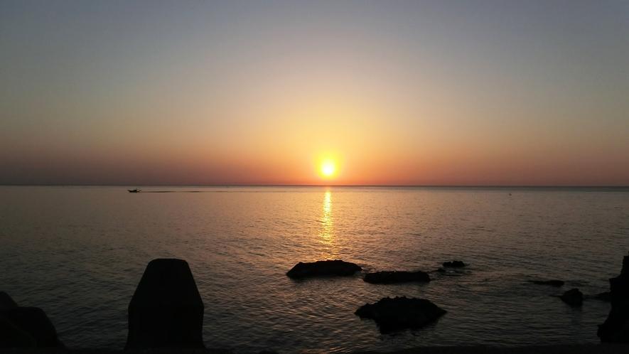 *周辺景観/日本海に沈む夕日。日本海随一の奇勝地「東尋坊」も近くにあります。