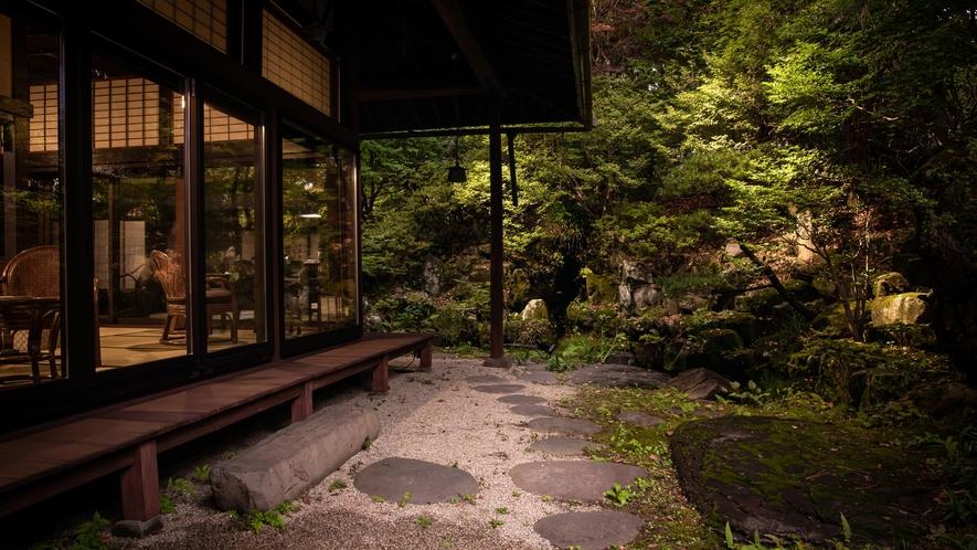庭園とサロン上段(カフェスペース)