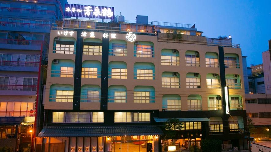 別府の中心に佇む当ホテルです。商店街のネオンと湯けむりたなびく情景をお楽しみください。