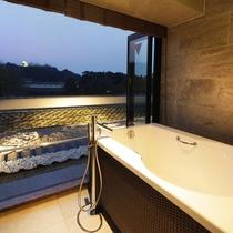 半露天風呂付スーペリアツインルーム/彦根城を眺めながらの入浴をお楽しみください。