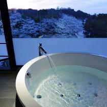 ビューバス付スーペリアツインルーム/彦根城を望むビューバスで、贅沢な時間をお過ごしいただけます。