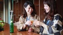 彦根城を望むライブラリーラウンジには湯上りドリンクをご用意。