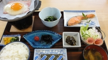 【朝食一例】焼き魚や目玉焼き、サラダ、お味噌汁等、和定食をご用意致します。