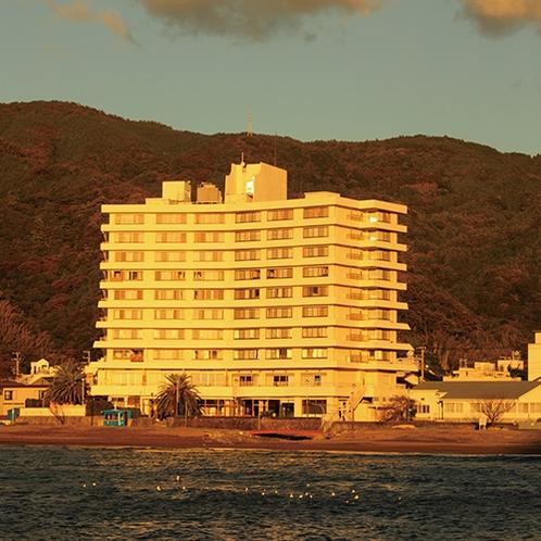 夕日に照らされる土肥マリンホテル
