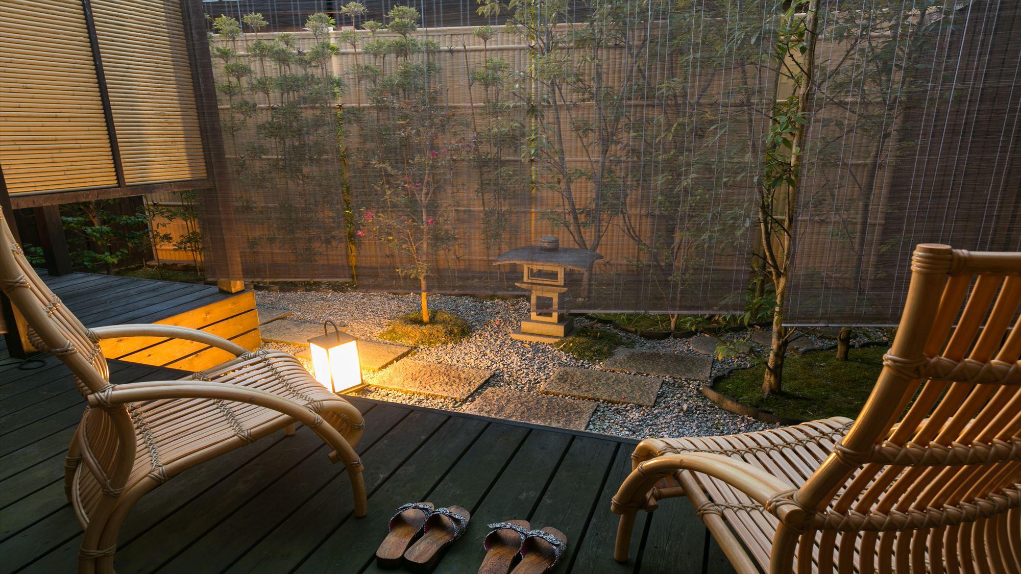 露天風呂付き客室【竹】のお部屋庭に面したデッキで夕涼み