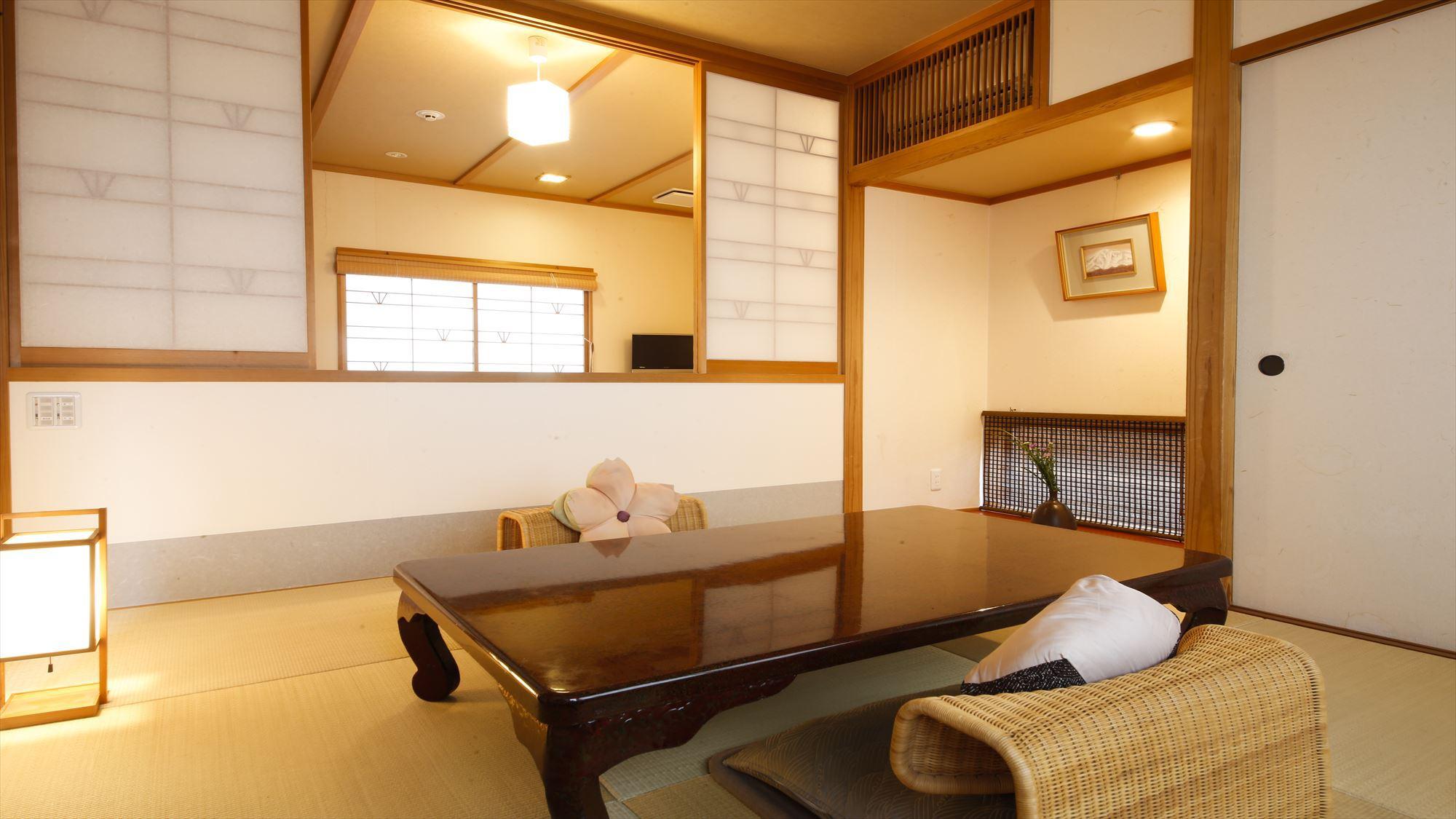 鹿鳴山荘【松】の間、寝室の寛ぎスペースがセパレートのなったお部屋です