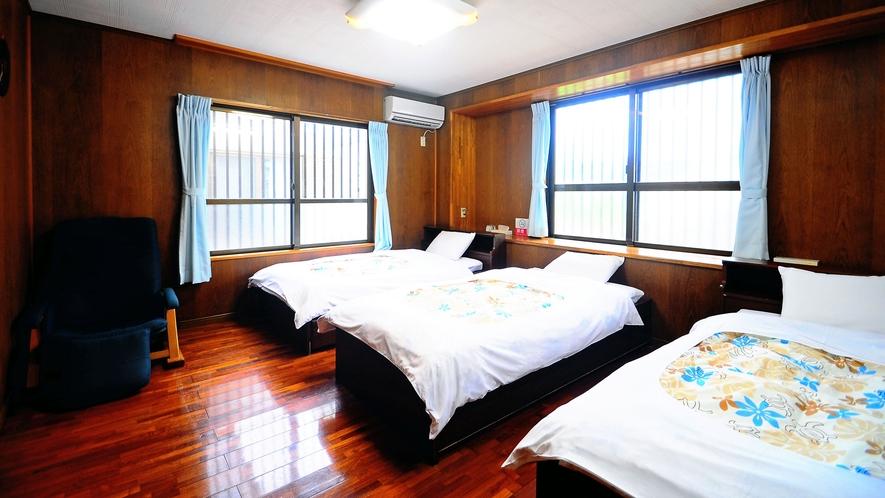 【客室】広々とした3名様用の寝室です☆