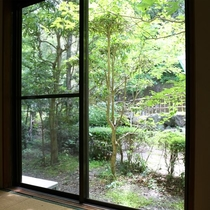 ★10畳和室からの景色です。お庭を眺めながらのんびり過ごして