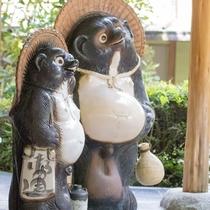 ★ようこそ久恵屋旅館へ!玄関前では、かわいいたぬきがお迎えいたします。