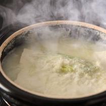 当館名物「ふわふえわ豆腐鍋」がトロトロの食感がたまらない
