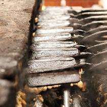 磯部温泉名物「磯部せんべい」は温泉街で手焼きしているところが見られます