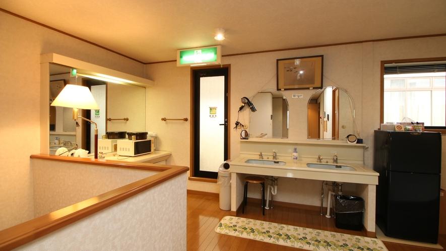 民宿棟は共同の冷蔵庫、洗面、ポット、電子レンジのご用意があります