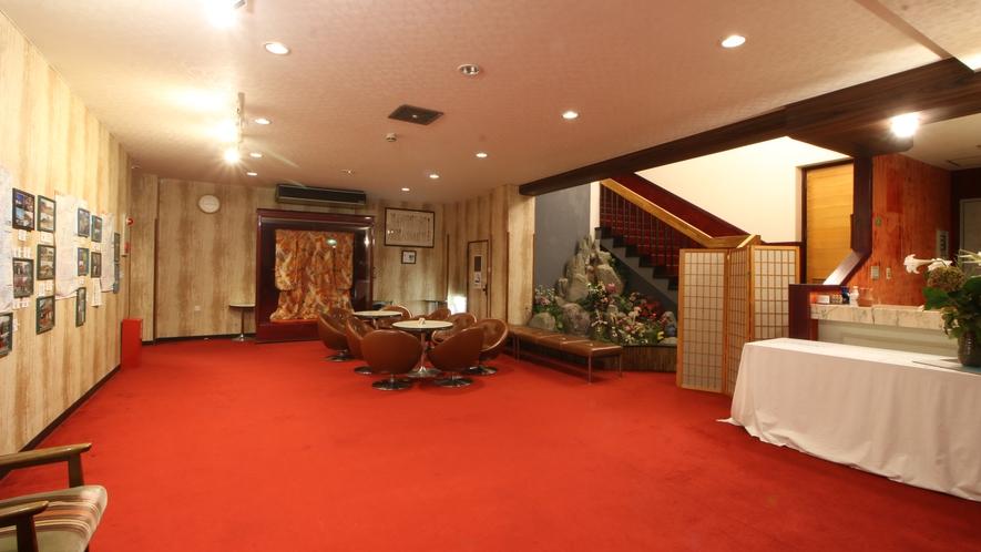 旅館棟のロビーの様子。茨城の観光スポットの紹介を展示しています