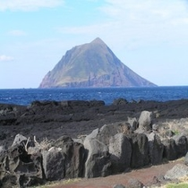 南原千畳敷海岸から望む八丈小島