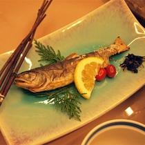*【夕食一例/やまめ塩焼き】