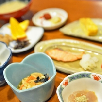 *【朝食】優しい味付けに、ふっくら炊き上げたご飯がすすみます。(一例)