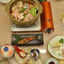 *【夕食】ちょっと珍しい吉和の名産を、どれも飲める温泉水を使って調理しております。(一例)