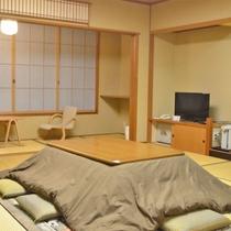 *【新館和室24畳】机は冬場になるとこたつになります。(一例)