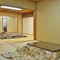 *【新館和室24畳】冬場はこたつになる机が2つあるので、大人数でも嬉しい。(一例)