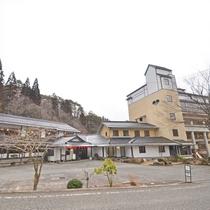 *【当館外観】吉和icから約5分。広い駐車場完備だから駐車が苦手な方も安心です。