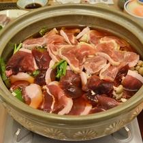 *【温泉鍋】お肉のうまみが出たしょうゆベースのダシは、おいしいと好評です!(夕食一例)