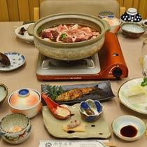 *【夕食】当館名物の『温泉鍋』!飲める温泉水で調理しております。(一例)