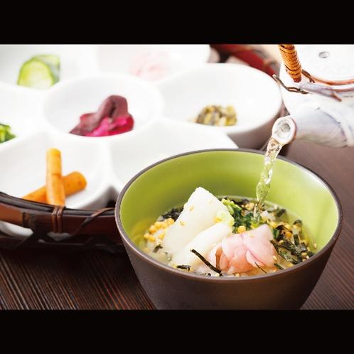 【サービス】ラウンジで提供されるお夜食、京漬物の一口茶漬けは絶品。