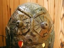 館内の小物は、そのほとんどが「 手作り 」。 玄関にいるこの「 ふくろう 」も、女将手製の陶器です。