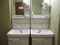 共用スペースの洗面台(ドライヤー有り)