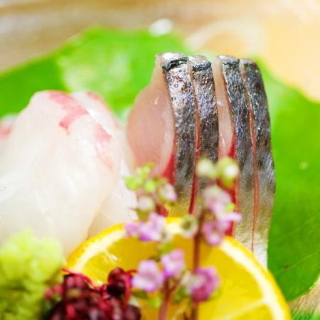 お刺し身)その日の仕入れによって異なる地元食材を彩鮮やかに調理致します。