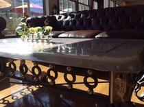 マクタン石のローテーブル