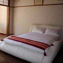 ①ダブルルーム洋室 8畳+サンルーム 定員2名 トイレ付き・禁煙