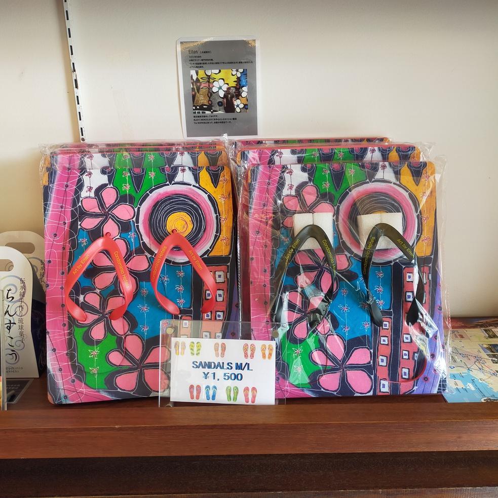 沖縄のアーティストEITENによる、ホテルコラボサンダル