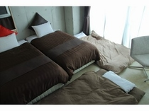 Twin beds room with 2Futon sets