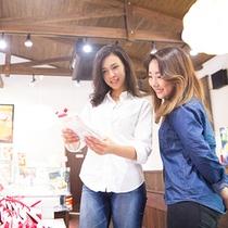 施設内にはお土産にも最適なお菓子等の品々が販売されております。