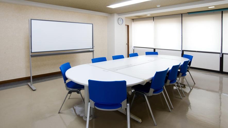 *【小会議室】会議はもちろん、講演や集会にもご利用いただけます。利用希望の際はお問い合わせください。