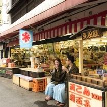 【小野川温泉街/グルメ】お土産や民芸品なども販売しています