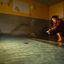 【湯守の手作業】温泉の湯温は全て源泉量の調整のみで行っています。