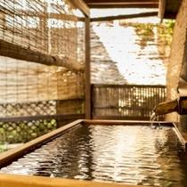 【小町の湯/露天風呂】お一人様用の檜の露天風呂がございます。お客様同士で譲り合いでご利用下さい