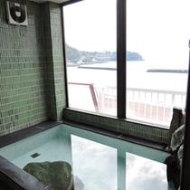 *最上階展望風呂(貸切)/塩分を含んださらりとした温泉で、よく温まるといわれています。