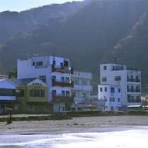 *土肥海水浴場/海岸沿いに沢山の旅館やホテルが並び、共同浴場やお土産屋も楽しいですよ☆
