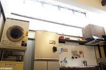 洗濯機は1回100円(洗剤付)。乾燥機は20分100円。物干し台もご用意しています。