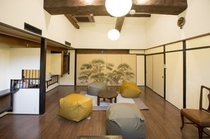 元料亭の空間を贅沢に使ったラウンジルームです。立派な梁(はり)が魅力的な空間です。/Lounge