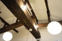 空間高いラウンジの天井には、築100年を思わせる梁が見えています。